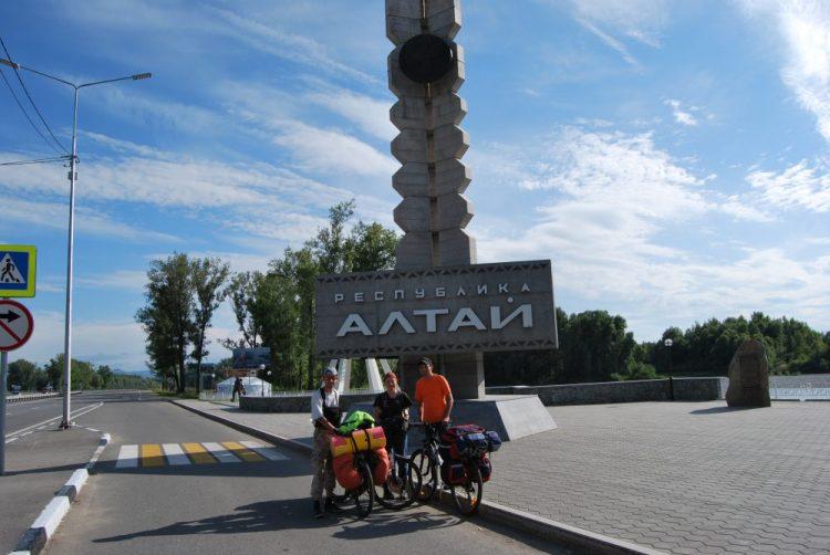 С велосипедами на границе республики Горный Алтай