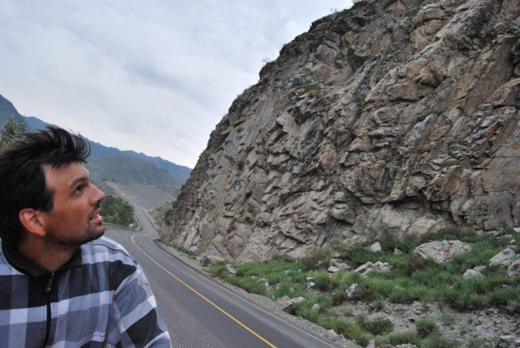 Еду на велике и смотрю на скалы. Горный Алтай